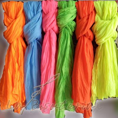 Moda actual de fulares, colección 2013. Colores flúor